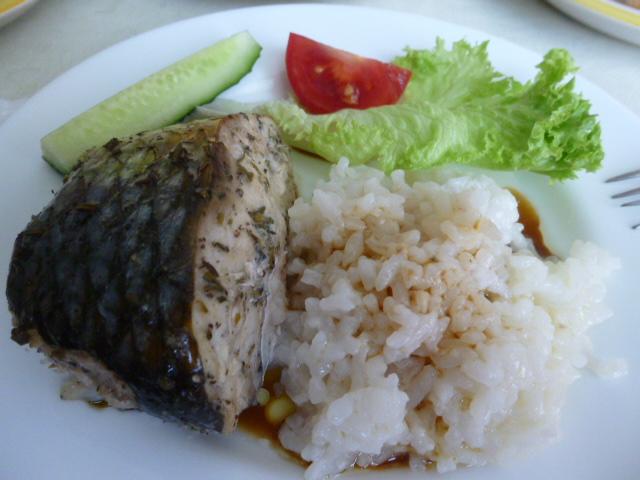 подача кефали с рисом, зеленью и овощами
