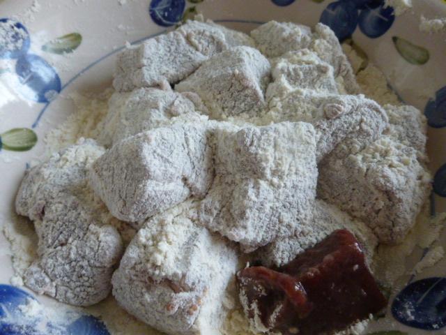 Обваливаем печень в муке