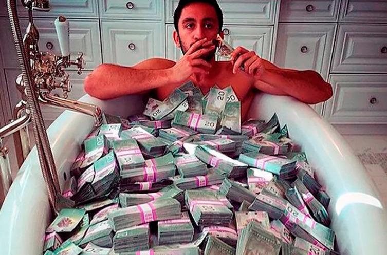 Полная ванна денег