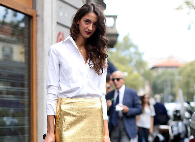 Женщина в золотой юбке