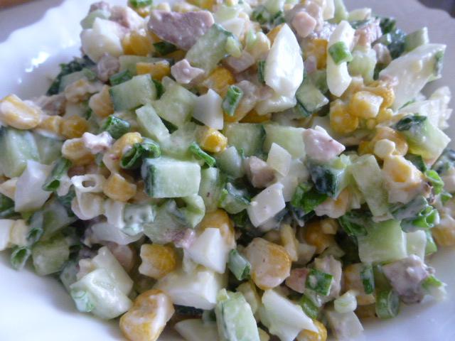 Салат с курицей кукурузой и огурцами
