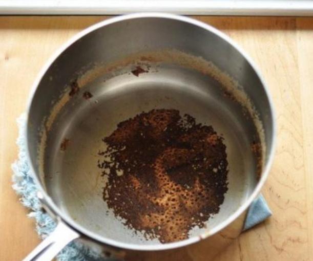 Очищаем сковороду от нагара и загрязнений