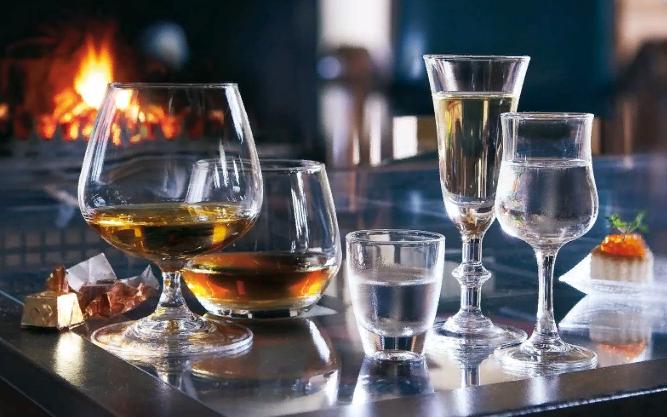Как подавать спиртные напитки на стол