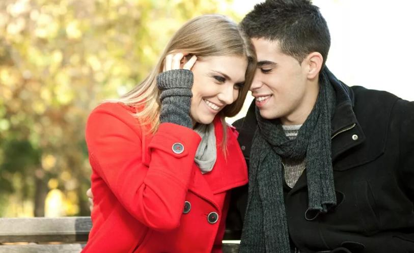 Девушка и парень на начальном этапе отношений