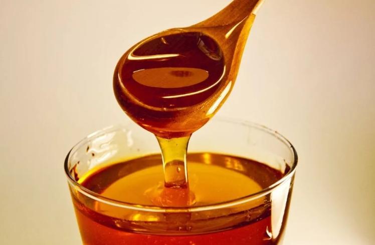 Смазываем обветренные детские губы медом