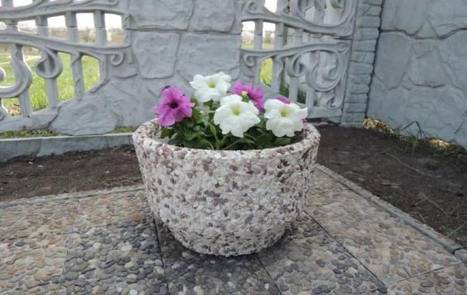 Садовый вазон из камня фото
