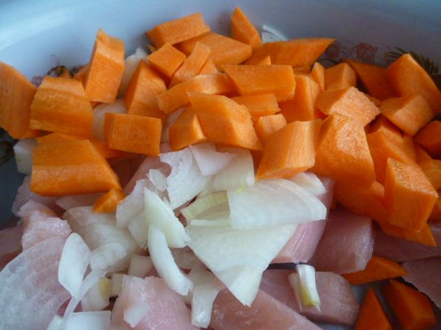 Нарезаем морковь кубиками и добавляем к индейке