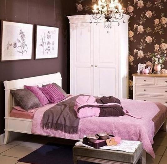 Шоколадный тон и фуксия в спальне