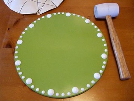 Украшаем прикроватный столик декоративными гвоздями