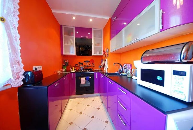 Кухня цвета фуксии с оранжевым в интерьере
