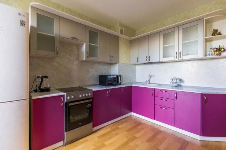 Кухня цвета фуксии с серым в интерьере