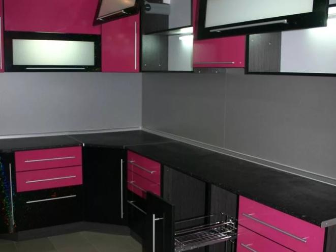 Кухня цвета фуксии с черным в интерьере