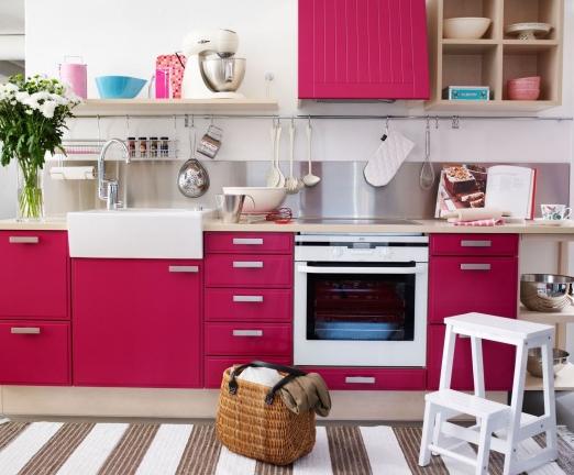Кухня цвета фуксии в интерьере