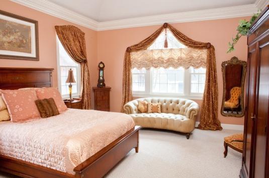 Необычные шторы в спальне