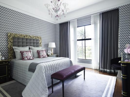 Бело-серые шторы в спальне