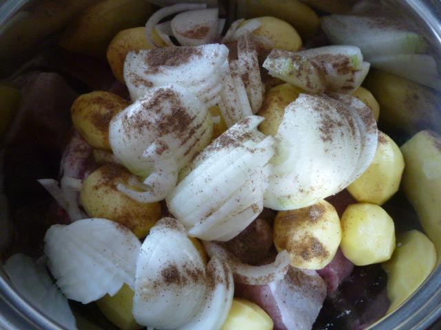 Солим и перчим свинину с картошкой и луком