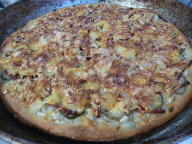 Пицца с ананасами и колбасой фото
