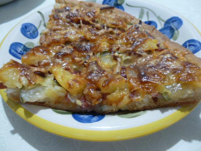 Пицца с ананасами и колбасой