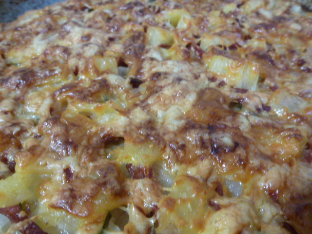 Пицца с ананасами и колбасой рецепт с фото