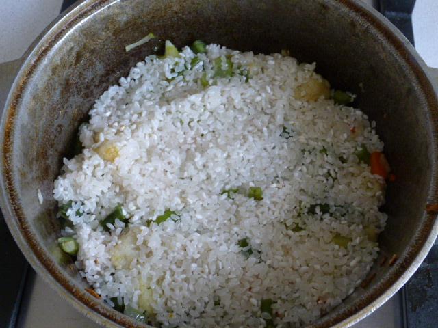 Засыпать рис в постный плов
