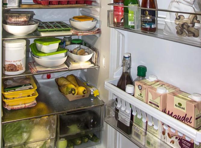 Как правильно раскладывать продукты в холодильнике