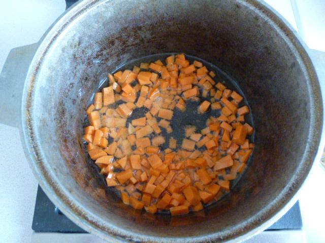 Обжарить морковь для плова