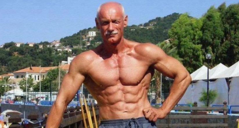 Атлетично сложенный мужчина пожилого возраста
